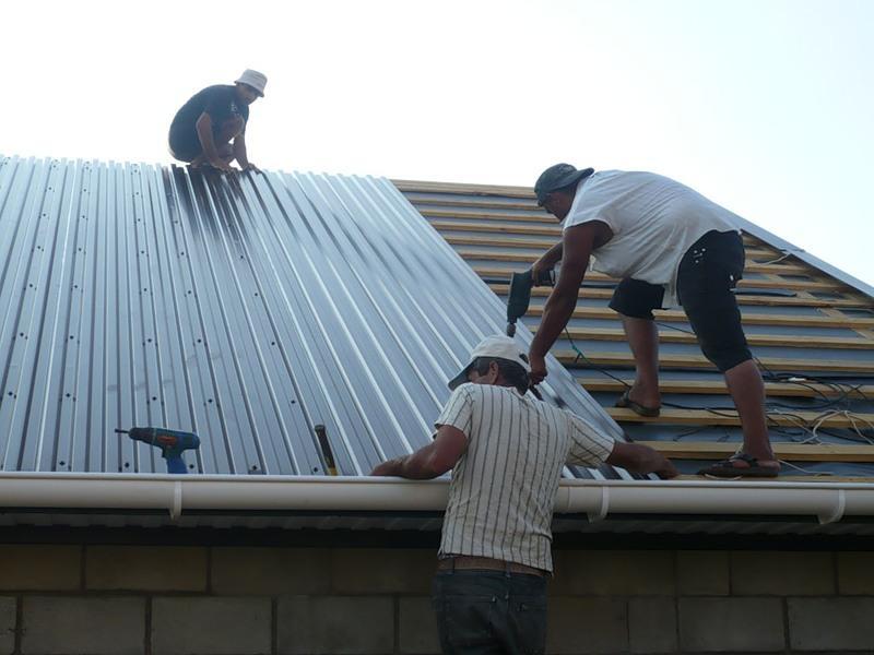 Монтаж профнастила на крышу своими руками видео