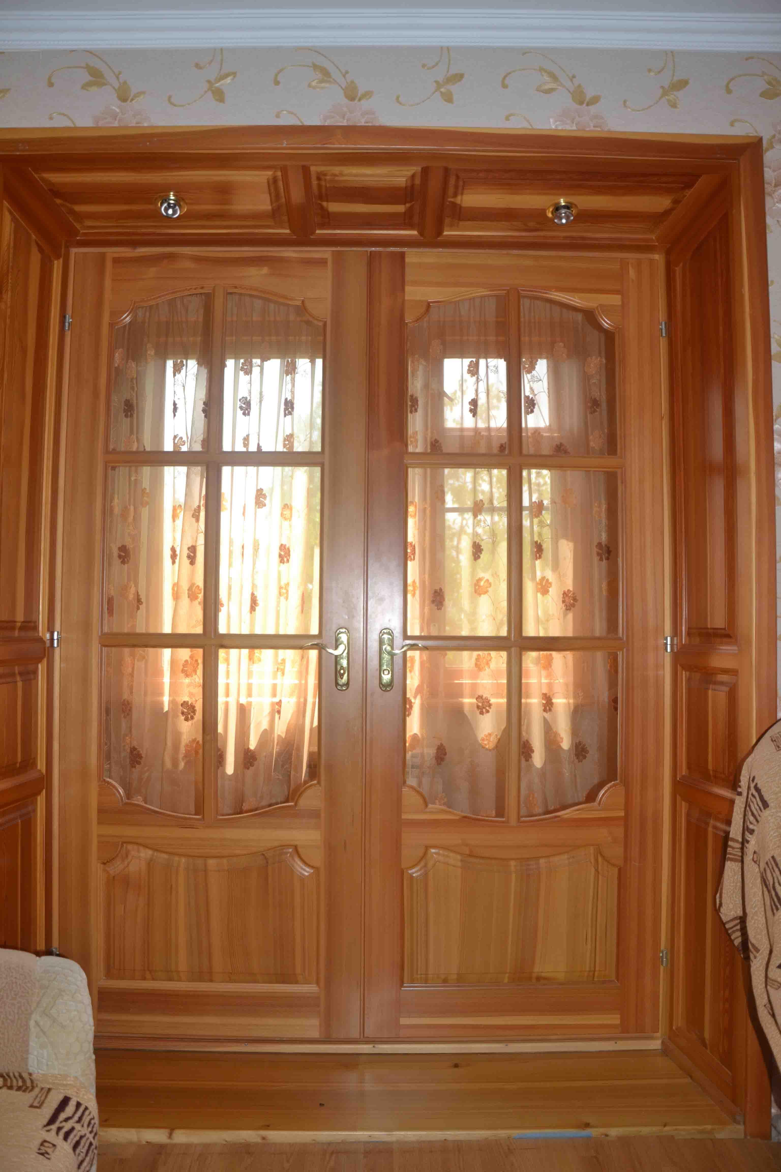 входная дверь в квартиру из массива сосны